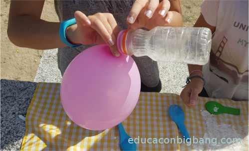 Separando el globo de la botella