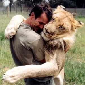 Kevin Richardson abbraccia il suo leone