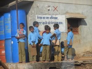 परीक्षा देने जाते बच्चे, परीक्षा का खौफ, एजुकेशन मिरर, बोर्ड परीक्षा, पहली क्लास में परीक्षा