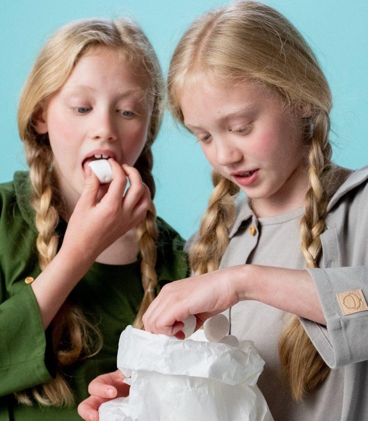 Deux enfants mangent des guimauves.