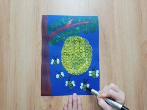 Pszczoły i plaster miodu- praca plastyczna z wykorzystaniem folii bąbelkowej