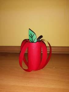 Jabłko – praca plastyczna z wykorzystaniem rolki