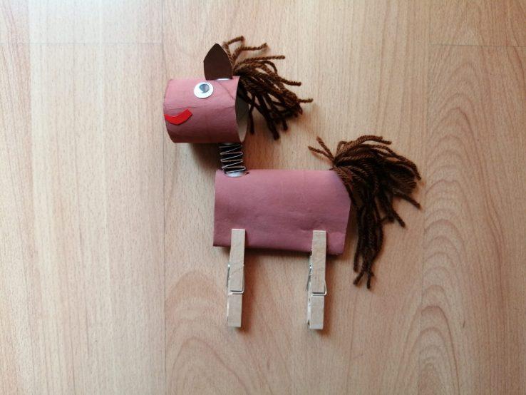 Koń - praca plastyczna z wykorzystaniem rolki