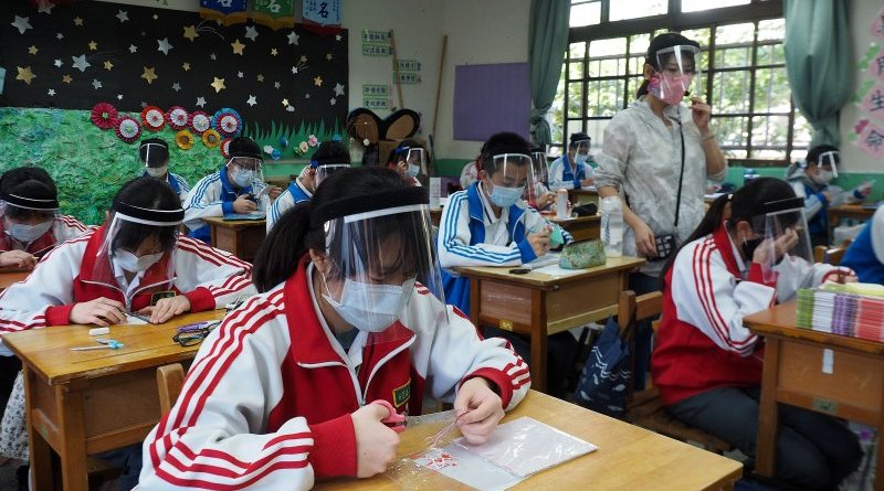 taiwan students with face masks