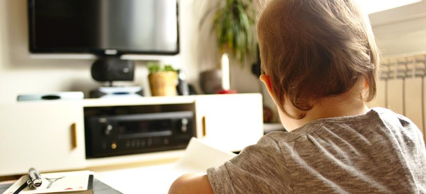 Un enfant devant un écran éteint