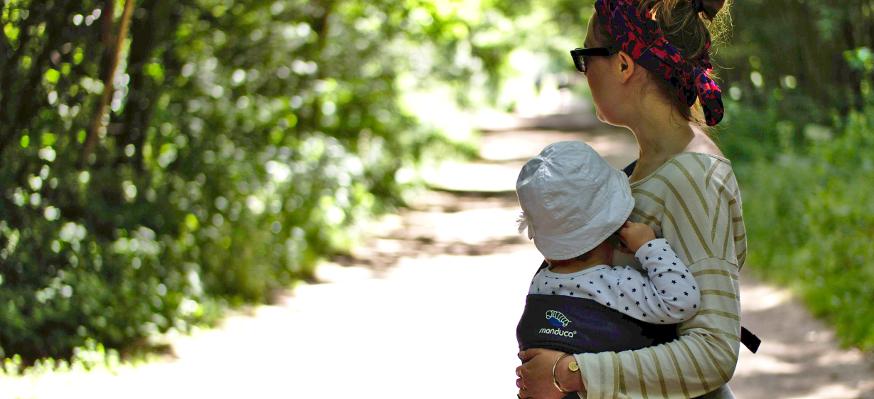 Sur la hanche, une des position pour porter son bébé