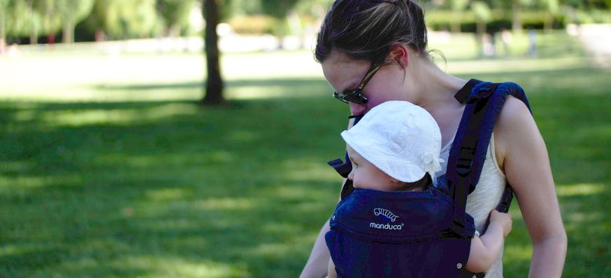 Bébé porté en position ventrale
