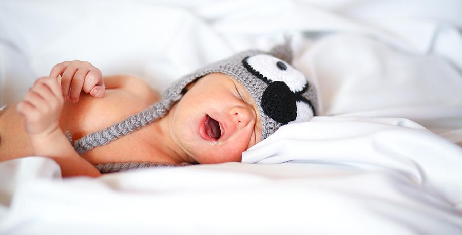 Bébé dort profondément dans un lit
