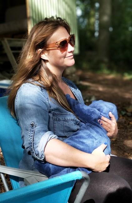 Maman allaite sur une chaise