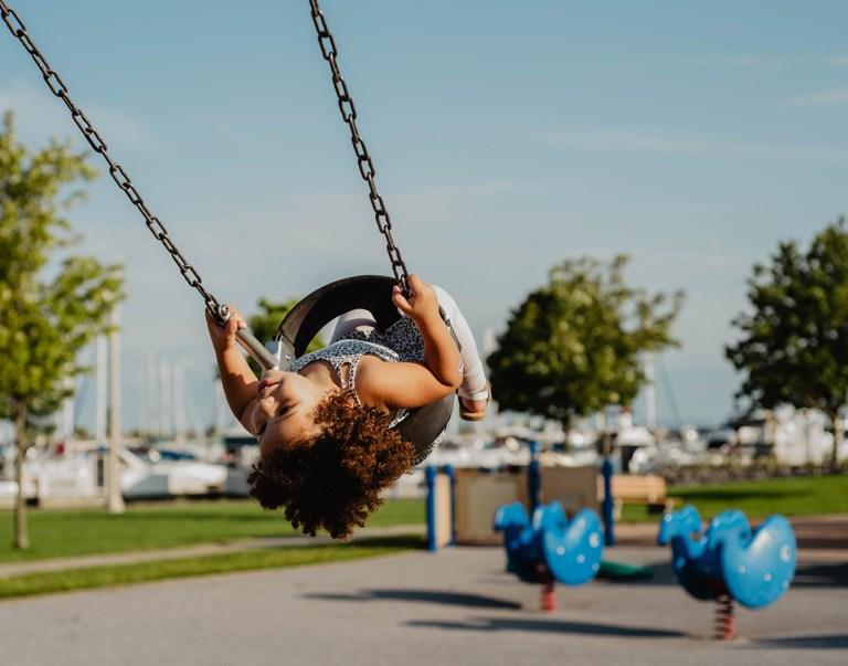 Joue dans un parc est une méthode pour éviter la crise de colère à venir