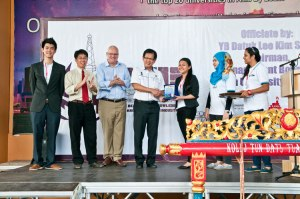 'Petroleum Week' organised by the Society of Petroleum Engineers (SPE) Student Chapter of Curtin University, Sarawak Malaysia (Curtin Sarawak). Grace Rantai (3rd from right) presenting a souvenir to Datuk Lee as (L-R) Toh, Chua and Mienczakowski and others look on.