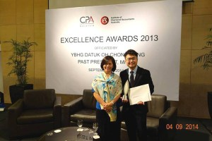 Ling posing with Acting Dean of School of Business Associate Professor Curtin University Sarawak Pauline Ho Poh Ling at the MICPA award ceremony.