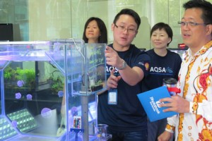 Lim Lai Huat, a senior lab technologist specialising in marine systems showing Dato' Ng the facilities at UCSI University's Aquatic Science lab.
