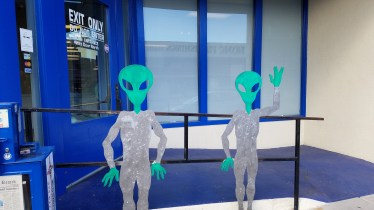 aliens-outside-store-roswell-nm
