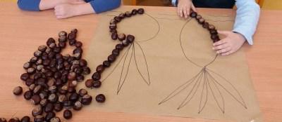 Jesienna układanka z żołędzi i kasztanów Jesień Jesień (Prace plastyczne) Joanna Lewandowska Prace plastyczne Prace plastyczne (Jesień)