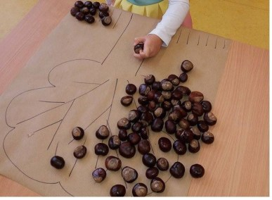Jesienna układanka z żołędzi i kasztanów Jesień Jesień Joanna Lewandowska Kreatywnie z dzieckiem Prace plastyczne (Jesień)