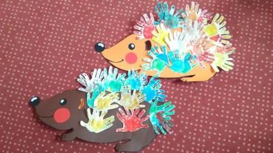 Jeż z kolorowych rączek Dominika Kobylak Dzień Jeża Prace plastyczne Prace plastyczne (Dzień Jeża) Zwierzęta (Prace plastyczne)