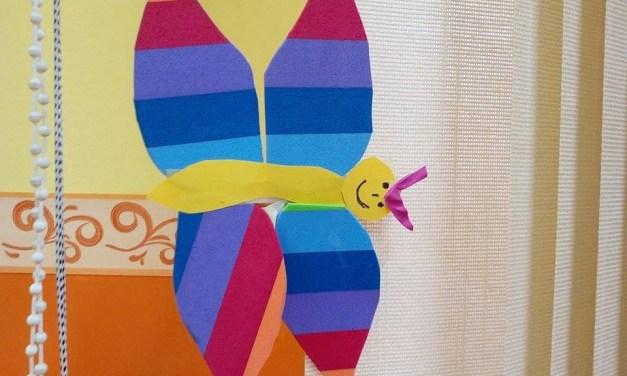 Motylek z kolorowych pasków