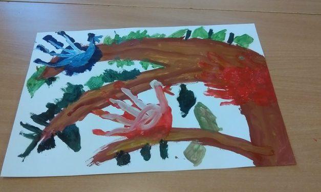 Ptaki na drzewie farbą malowane