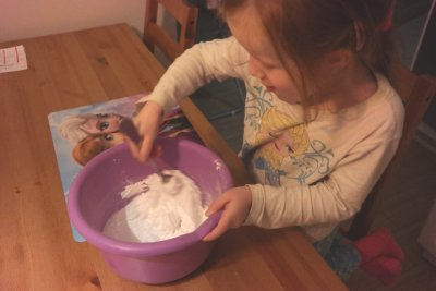Śniegowa masa Aneta Grądzka-Rudziak Dzień Chemika Prace plastyczne Światowy Dzień Śniegu Zima (Prace plastyczne)