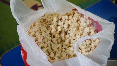 Baranek z popcornu Aneta Grądzka-Rudziak Dzień Popcornu Kreatywnie z dzieckiem Prace plastyczne Prace plastyczne Światowy Dzień Zwierząt Wielkanoc