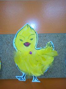 Pisanki i kurczaczki z piórek Monika Okoń Prace plastyczne Prace plastyczne (Dzień Zwierząt) Prace plastyczne (Wielkanoc) Światowy Dzień Zwierząt Wielkanoc (Prace plastyczne) Zwierzęta (Prace plastyczne)