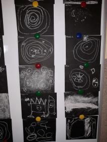 Kosmos kredą rysowany Dzień Kosmosu Dzień Lotnictwa i Kosmonautyki Kreatywnie z dzieckiem Małgorzata Wojkowska