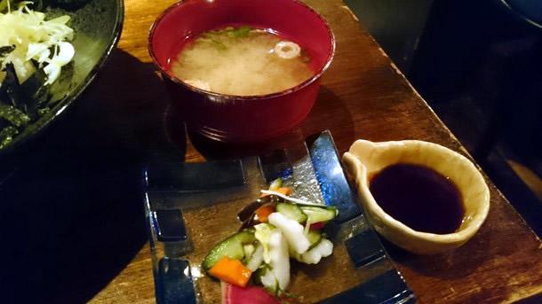 ワンコインランチ味噌汁と漬け物
