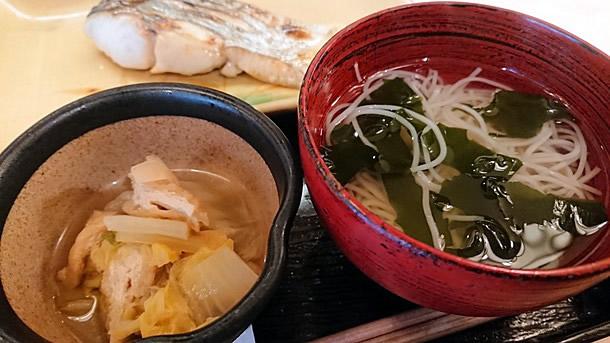 白菜の煮つけと汁物