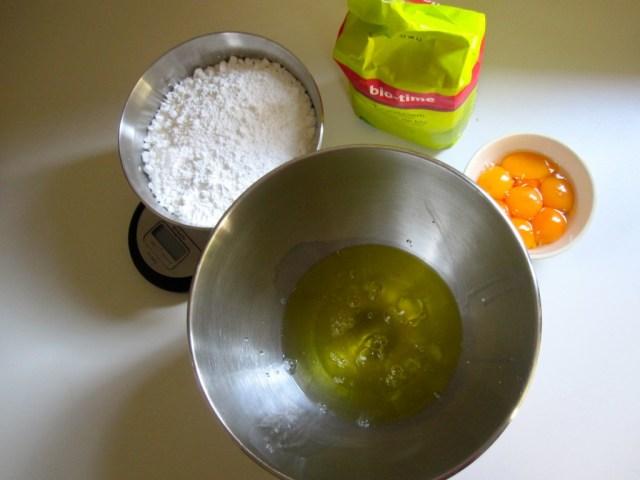 Cakejes met amandelen en frambozen in the making