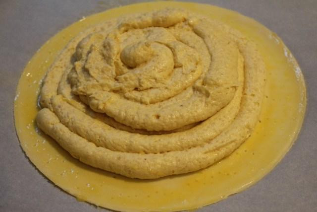 Bladerdeeg opvullen met frangipane voor driekoningentaart