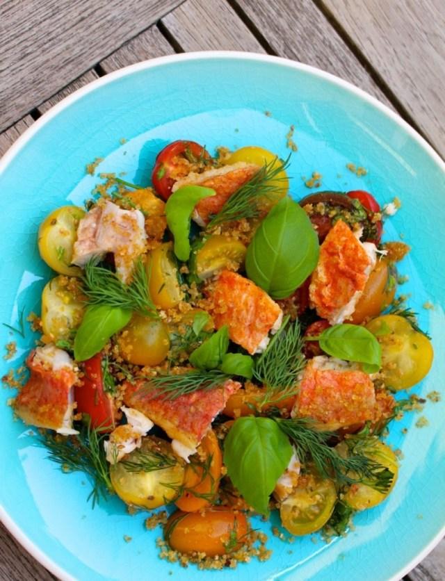 Rode mul met kruidige tomatensalade
