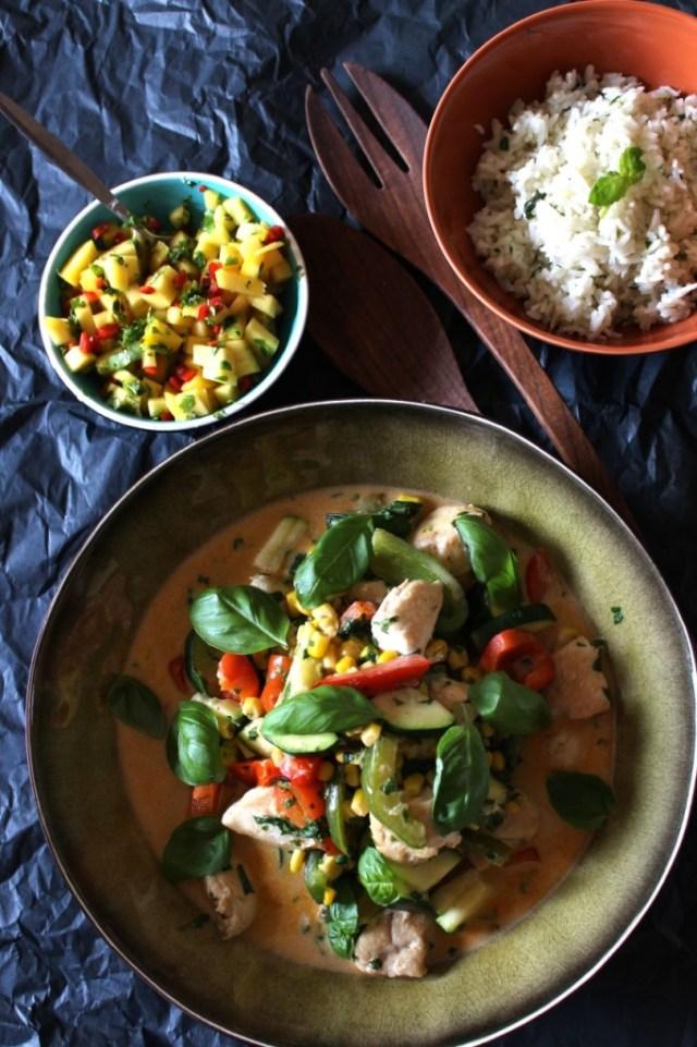 Rode curry van kip met mangosalsa