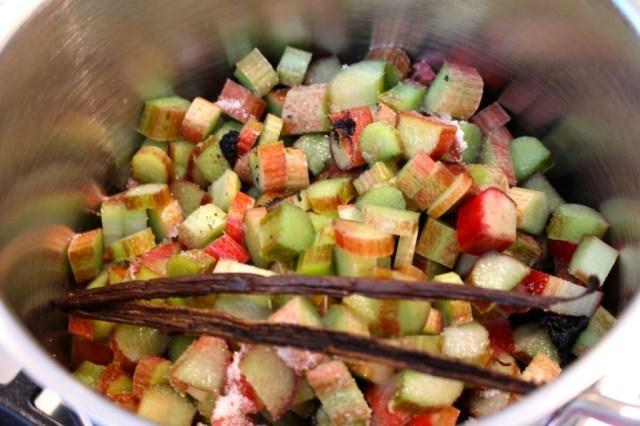 Rabarber koken met suiker, water en vanille