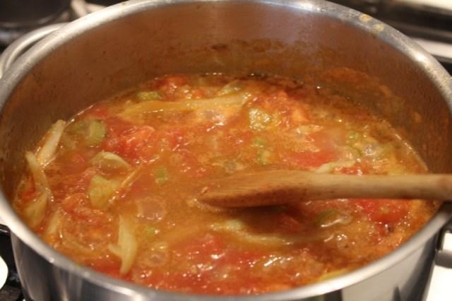 Tomaten toevoegen en saus laten inkoken