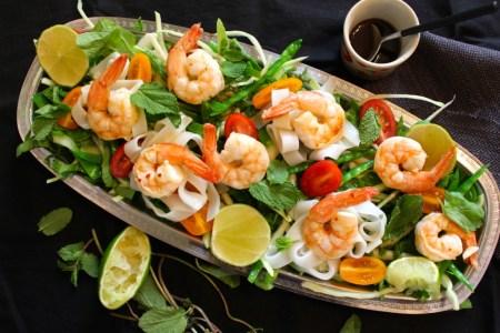 Salade van scampi, kool en peultjes