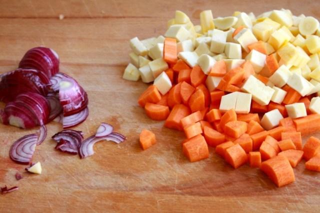 Raapjes, pastinaak en wortels snijden