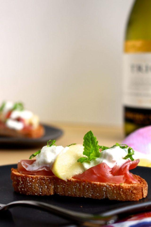 Crostini met burrata en nectarine