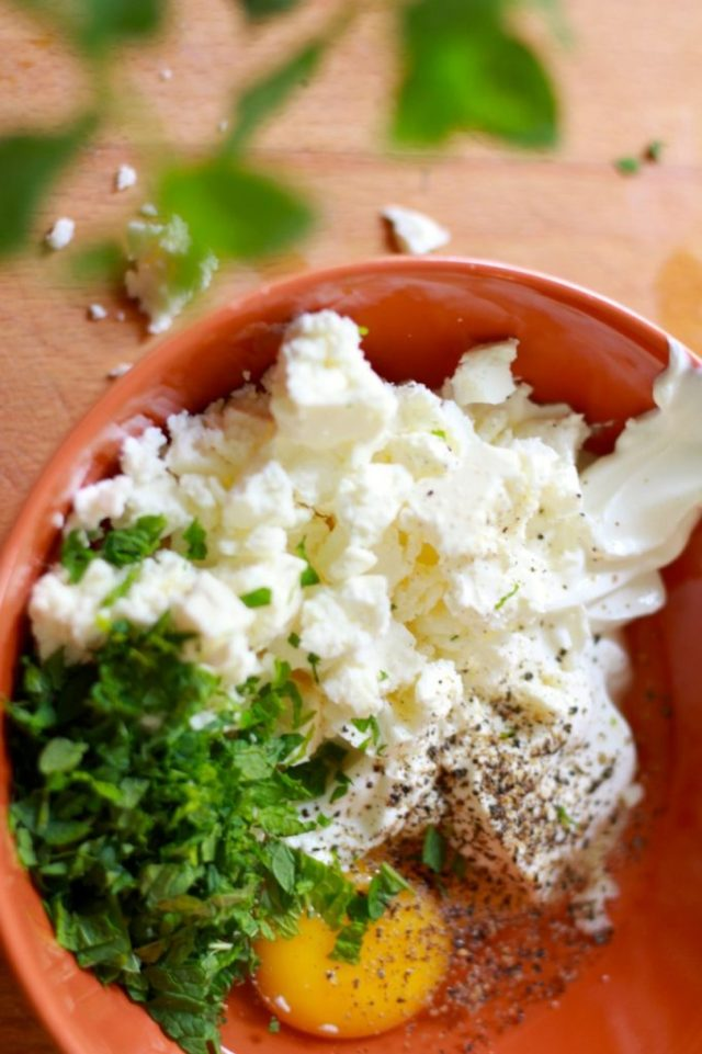 Yoghurt, ei, feta en munt mengen / eenlepeltjelekkers.be