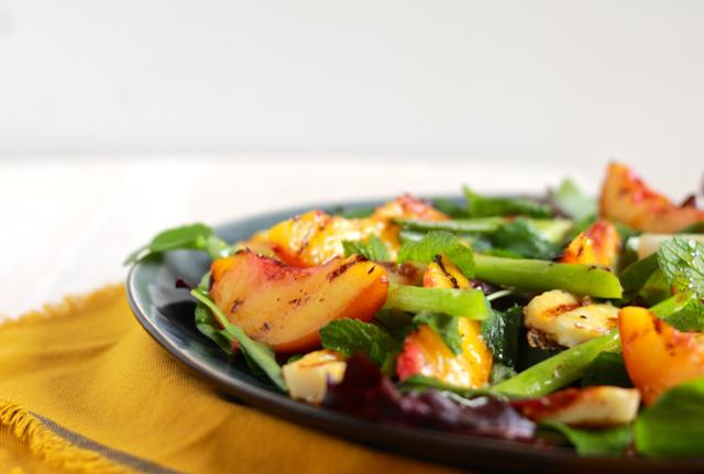 Salade met halloumi en gegrilde nectarine / www.eenlepeltjelekkers.be