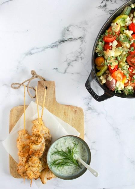 Kipsatés met geroosterde Griekse salade / www.eenlepeltjelekkers.be
