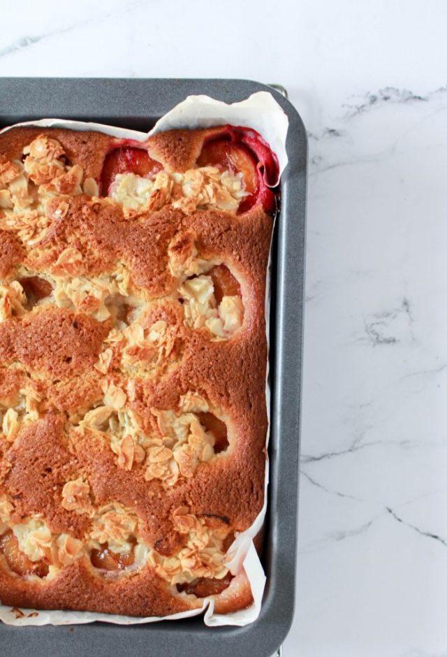 plaatcake-met-pruimen-laten-afkoelen-op-een-rooster