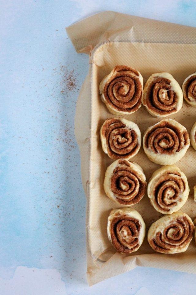Kaneelbroodjes in ovenschaal leggen en laten rijzen / www.eenlepeltjelekkers.be