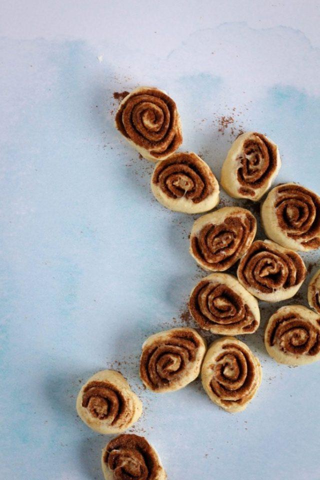 Kaneelbroodjes snijden / www.eenlepeltjelekkers.be