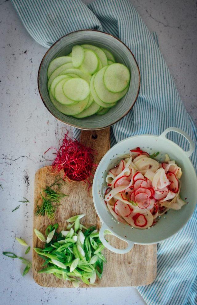 Appel, gemarineerde venkel, radijzen, lente-ui en rode bieten scheuten / www.eenlepeltjelekkers.be