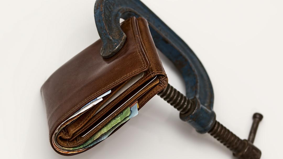 Een beurs met een klem erop. Een maand lang geen geld uitgeven. No spend month.
