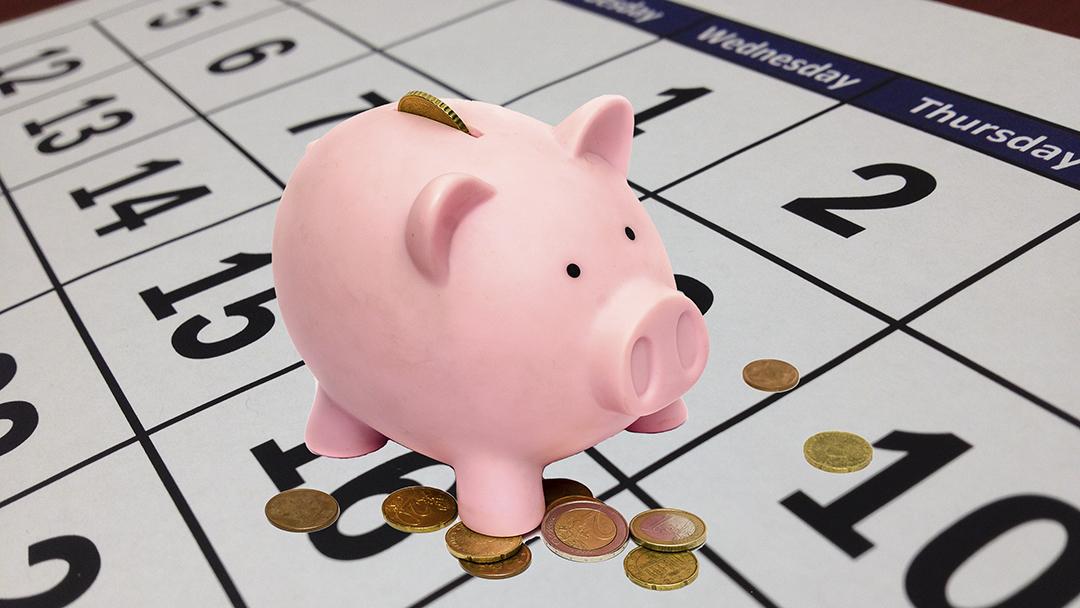 Spaarvarken met muntjes op een kalender - no-spend month