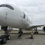 Helsingi lennuväljal kukkus lennukist välja stjuardess ja sai vigastada, üritas bussijuhile käega märku anda