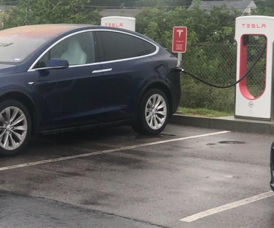 Tesla vahetas Soomes omanikku raudteejaamas – see läks müüjale kalliks maksma