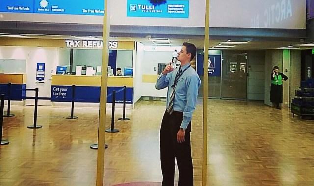 Roosa lindi pärast töölt lahti lastud lennujaama turvakontrolli töötaja ütles, et kandis linti, sest ema on haige
